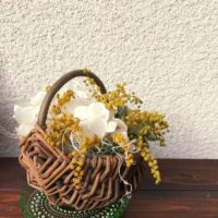 ミモザアカシアを用いて棚を可愛く飾る方法の画像